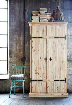 ein schlafzimmer mit hurdal kleiderschrank in hellbraun und stabekk spiegel in hellbraun beides. Black Bedroom Furniture Sets. Home Design Ideas