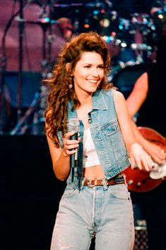 Shania Twain was one of country's most popular female singers, especially in the What is she up to now? Country Music Stars, Country Music Videos, Country Music Artists, Country Singers, Pop Music Artists, Country Concerts, Looks Total Jeans, Fotografia Retro, Beyonce