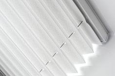 Met onze op maat gemaakte geplooide gordijnen, oftewel plissés, kunt u alle kanten op. Ze zijn veelzijdig en flexibel in gebruik en passen daardoor in elk interieur. Het maakt niet uit of u een draaikiepraam, een lichtkoepel of een vijfhoekig raam heeft; wij bieden voor elke situatie een maatoplossing. Ramen, Blinds, Curtains, Home Decor, Decoration Home, Room Decor, Shades Blinds, Blind, Draping