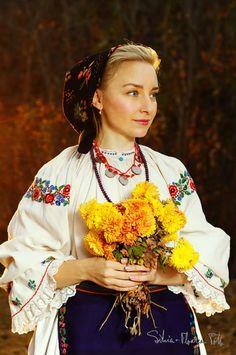 Romanian Flag, Romanian Women, Ethnic Fashion, Fashion Art, Costumes Around The World, Folk Clothing, Folk Embroidery, Folk Costume, Cool Costumes