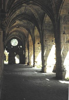 Gothic Cloister in Syria Krak des Chevaliers cloitre.once occupied by the Templars. Krak Des Chevaliers, Medieval, Chapelle, Knights Templar, 12th Century, Paladin, Man Photo, Travel Around The World, Me On A Map