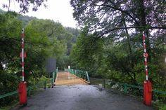 Die Brücke über die Thaya bei Hardegg verbindet Österreich und Tschechien #österreich #tschechien #askEnrico #nationalpark Hotels, Sidewalk, Europe, Roof Design, Glass House, Czech Republic, National Forest, Nature, Viajes
