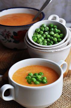 Zupa z marchewki z groszkiem Soup Recipes, Pudding, Desserts, Food, Drinks, Diet, Recipies, Tailgate Desserts, Drinking