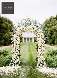Attach roses along your #wedding arch and aisle to create a dramatic setting