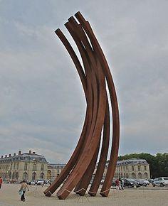Bernar Venet à Versailles, une sculpture telle une colossale couronne de laurier