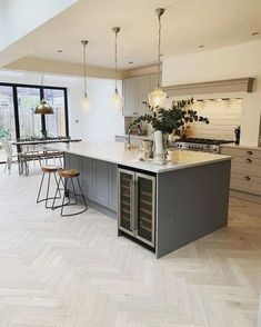 50 Best Modern Kitchen Design Ideas - The Trending House Kitchen Diner Extension, Open Plan Kitchen Diner, Open Plan Kitchen Living Room, Kitchen Dining Living, Kitchen With Breakfast Bar, Kitchen Diner Lounge, Kitchen Family Rooms, Farmhouse Style Kitchen, Home Decor Kitchen
