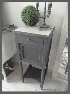 TABLE DE CHEVET PATINÉE GRIS ARDOISE PLATEAU EN MARBRE Night Table, Bedroom With Ensuite, Home Staging, Diy Painting, Furniture Makeover, Painted Furniture, Repurposed, Sweet Home, Shabby Chic