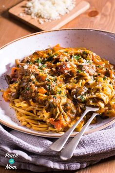 My love of pasta never wavers, but I've recently found that I'm bored of the usual sauces. This Syn Free Beef Ragu Fettuccine came about entirely by accident when the unthinkable happened and we ran o Slimming World Pasta, Slimming World Dinners, Slimming World Recipes Syn Free, Slimming Eats, Slimming World Minced Beef Recipes, Slimming Word, Diced Beef Recipes, Meat Recipes, Free Recipes