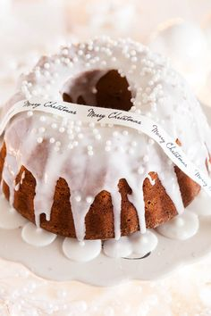 Christmas bundt cake with cranberries and white icing. (in Dutch with link to English recipe) Xmas Food, Christmas Sweets, Christmas Cooking, Noel Christmas, Christmas Cakes, White Christmas, Cupcakes, Cupcake Cakes, Holiday Treats