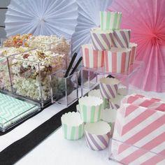 Näin rakennat tyylikkään herkkubaarin, katso vinkit Juhlahumun blogista.  #juhlahumua #karkkibuffet #candybar #herkkubuffet #sweetbar