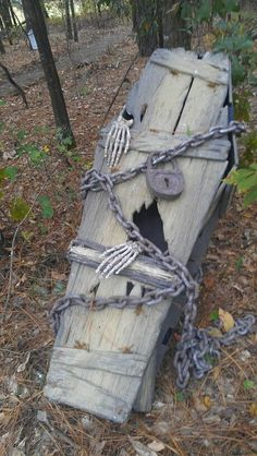 Creepy Halloween Coffin Decorations 12 - Real Time - Diet, Exercise, Fitness, Finance You for Healthy articles ideas Bolo Halloween, Halloween Coffin, Halloween Graveyard, Halloween Haunted Houses, Creepy Halloween, Outdoor Halloween, Halloween House, Holidays Halloween, Halloween Party