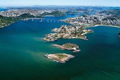 À primeira vista, a paisagem de morros e praias de Vitória, no Espírito Santo, pode até ser confundida com o cenário carioca. Mas a influência da colonização europeia e da vizinhança nordestina logo aparece nos sotaques, costumes e culinária