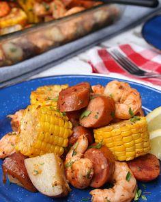 Put On Your Bib And Get Down With This Cajun Shrimp Bake – Gesundes Abendessen, Vegetarische Rezepte, Vegane Desserts, Cajun Recipes, Entree Recipes, Sausage Recipes, Fish Recipes, Seafood Recipes, Dinner Recipes, Cooking Recipes, Cajun Food, Dinner Ideas