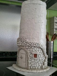 Lo prometido es deuda y aquí os traigo mi primer tutorial de como hacer una teja. Esta teja es un diseño que saqué de Myrar… Tile Crafts, Clay Crafts, Diy And Crafts, Arts And Crafts, Clay Fairy House, Fairy Houses, Clay Houses, Miniature Houses, Diy Y Manualidades