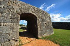 【沖縄おすすめ情報】 アーチ門棟石のクサビは、ほかのグスクにはない ほかのグスクにはない特徴のある城門