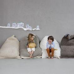 NEST, de gebreide zitzak die het begin was van het merk Zilalila. De zitzak is hand gebreid van de beste wol uit New Zeeland. Het katoenen binnenkussen van iedere gebreide zitzak is handgeweven en gevuld met gerecycled EPS materiaal, dat bijgevuld kan worden als je dat zou willen. Net zoals geen hui