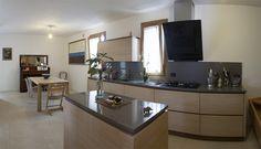 Cucina Ingrid. Cucina in chiave moderna in rovere sbiancato con isola. Piano in Okite. Profili e zoccolo in rovere scuro.