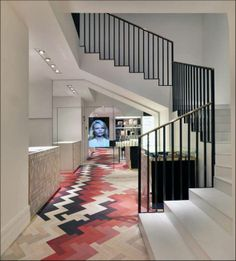 Stella McCartney Store (Milan) con parquet de madera coloreada de Yael Mer y Shay Alkalay para Established & Sons