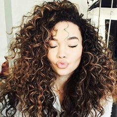 Caramel Highlights Curly Hair 15 Luscious Long Hairstyles For Curly Hair Hairsty… Black Girl Curly Hairstyles, Short Curly Hair Black, Dark Curly Hair, Curly Hair Tips, Pretty Hairstyles, Curly Hair Styles, Caramel Highlights On Dark Hair, Highlights Curly Hair, Balayage Hair Blonde Medium