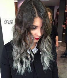 Y si el plateado te encanta, pero con moderación: este corte medio, con las puntas grises, es un gran SÍ. | 16 Geniales ideas para llevar tu pelo ni tan largo, ni tan corto