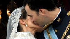 22. Mai 2004: Auf dem Balkon des Palacio Real El Pardo geben sich Prinzessin Letizia und Felipe einen Hochzeitskuss © Picture-Alliance / dpa Fotograf: Frank Rumpenhorst