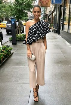 If you like to wear a simple outfit but stylish, asymmetrical tops outfit is the right choice. By wearing the right asymmetrical tops, whether long sleeves, horizontal, polka dots or even plain mot… Look Fashion, Fashion Outfits, Winter Fashion, Fashion Tips, Summer Outfits, Casual Outfits, Mode Chic, Asymmetrical Tops, Mode Inspiration