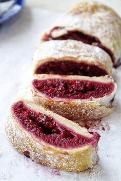 Babette: Darás meggyes rétes Strudel, My Favorite Food, Favorite Recipes, Delicious Desserts, Yummy Food, Hungarian Recipes, Hungarian Food, Flaky Pastry, Puff Pastry Recipes