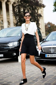 WhoWhatWear.com_Giovanna Battaglia_Oxfords_Two Tone_Black White_Veterschoenen_Paris Fashion Week