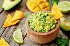 Deliciosas piezas de mango adornan este guacamole para chuparse los dedos. Sigue la receta y prepárate para volverte fan.