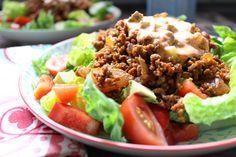 Der Balkan grüßt heute vom Cevapcici-Salat... 2 Portionen Das Cevapcici-Hack 250 g mageres Hackfleisch nach Wunsch 1 große rote Zwiebel (85 g) gehackt 20 g