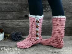 A new design for women slipper-boots that uses BULKY yarn, so it's a quick project and, in the same time, it's a wonderful warm accessory for the fall and winter season.