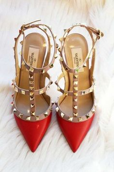 Valentino rockstud pumps in red ;)i have these in nude ! Dr Shoes, Crazy Shoes, Cute Shoes, Me Too Shoes, Shoes Heels, Black Shoes, Stilettos, High Heels, Valentino Studded Heels