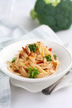 Spaghetti Alla Chitarra Con Broccoli Pancetta e Mandorle - (Free Recipe below Pasta Al Dente, Bolognese, Pasta Dishes, Pasta Recipes, Lasagna, Broccoli, Pancetta, Cabbage, Food Porn