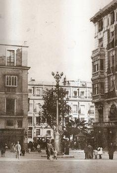 Plaza de Castelar. A la izquierda vemos uno de los edificios que derribaron en 1940 para llevar la avenida de Méndez Núñez hasta la Explanada. Esta foto es de 1918