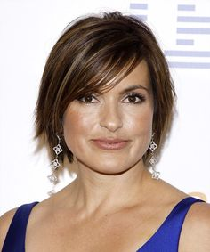 Mariska Hargitay Casual Short Straight Hairstyle with Side Swept Bangs - Dark Brunette Hair Color Cute Hairstyles For Short Hair, Casual Hairstyles, Hairstyles For Round Faces, Trending Hairstyles, Celebrity Hairstyles, Bun Hairstyles, Straight Hairstyles, Short Straight Hair, Short Hair Cuts