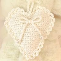 Pyssliga Fia: Virkat hjärta med mönster Crochet Bunny, Crochet Lace, Crochet Hearts, Crochet Christmas Decorations, Mountain Designs, Textiles, Chrochet, Crochet Fashion, Crochet Projects