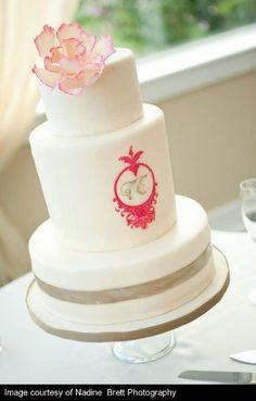 Pièce montée 2017 Un gâteau de mariage classique avec des détails roses. Aime ça! {Sweet Sensations}