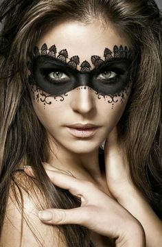 Are you looking for ideas for your Halloween make-up? Check out the post right here for creepy Halloween makeup looks. Cool Halloween Makeup, Halloween Eyes, Halloween Diy, Halloween Night, Halloween Stuff, Vintage Halloween, Halloween Inspo, Halloween Design, Cool Halloween Costumes