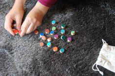 Párování barev  Menší děti můžete nechat barvy párovat. Podle jejich schopností ponechte tolik dvojic, kolik budou schopné dát dohromady. Můžete si u toho povídat, co má stejnou barvu jako je ta na kolečku.