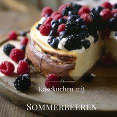 Luftig leichte Torte nicht nur für den Sommer. Ein Bett aus feinem Keksbiskuit, bedeckt mit einer leicht gesüßten Quarkcreme und gekrönt von einer Auswahl der besten Beeren der Saison. Himbeeren, Brombeeren und Johannisbeeren vereinen sich zu einem Fruchterlebnis der besonderen Art.