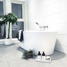 Indret dit badeværelse med badekar og opnå en fantastisk spastemning. Se bare disse 10 badeværelser. Clawfoot Bathtub, Bathrooms, Instagram, Wellness, Bathroom, Bath