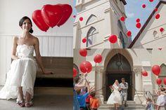 Darle a cada invitado un globo y que los suelten al mismo tiempo. Hermosas fotos de boda para la salida de la ceremonia.