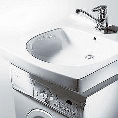 Ovanpå kompakt tvättmaskin, bänk eller på konsoller. Vattenlås nära väggen.