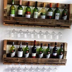 Twee stoere wijnrekken boven elkaar. Ze zijn gemaakt van sloophout en in elke maat te bestellen.