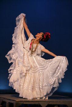 Reconocido en todo México por su característico color blanco, el traje típico de la jarocha está lleno de significados que a través de la historia. #OjalaEstuvierasAqui disfrutando de un #BestDay en #Veracruz, México
