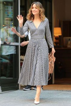Look of the Day: August Rose Byrne - Rose Byrne wore a breezy Valentino wrap dress for the ultimate summer ensemble while out and about in NYC. White pumps and waves finished off the look. Simple Dresses, Casual Dresses, Fashion Dresses, Summer Dresses, Elegant Dresses, Midi Dresses, Dresses Dresses, Wedding Dresses, Formal Dresses