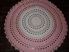 Tapete confeccionado à mão, tradicional técnica do crochê. <br>Sofisticação e aconchegante , valorizando ainda mais a decoração que você preparou para o quarto da sua bebe <br>.o material usado na produção é barbante de algodão, que facilita a lavagem constante da peça. Cores:rosa claro e branco. <br>Pode ser encomendado em outras cores e tamanhos