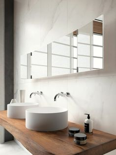 meubles en bois brut, vasques blanches rondes