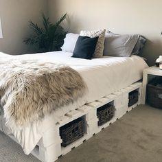 Shelves for bedrooms - Home Fashion Trend Room Ideas Bedroom, Small Room Bedroom, Western Bedroom Decor, Western Rooms, Diy Pallet Bed, Wooden Pallet Beds, Pallet Bed Frames, Pallet Bed Lights, Pallet Room