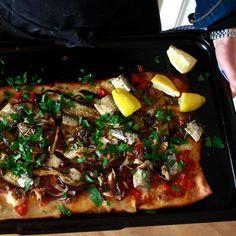 """pizza met sardines uit blik, perfect als borrelhap of lunchgerecht gerechtvan de week: vis uit blik kok:Jeannette """"Ansjovis uit blik heb ik altijd wel in huis. Ik gebruik het als zilte smaakmaker in sauzen en pastagerechten. Sardines uit blik daarentegen eet ik eigenlijk nooit. Zo heel af en toe op een boterham. Als ik sardines …"""